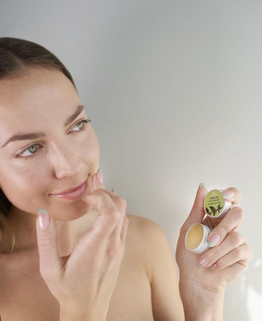 niisutav pehmendav saialille huulepalsam eesti nahahooldus kosmeetika estonian skin care nordic model green eyed girl beauty